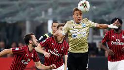 Pemain SPAL Thiago Cionek (kanan) menyundul bola saat menghadpi AC Milan pada pertandingan Liga Italia di Stadion San Siro, Milan, Italia, Kamis (31/10/2019). AC Milan menang 1-0 atas SPAL. (AP Photo/Antonio Calanni)