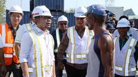 Menaker Hanif Dhakiri berdialog dengan beberapa pekerja bongkar muat di pelabuhan L. Say, Maumere dan menemukan fakta bahwa pembayaran upah di bawah upah minimum.