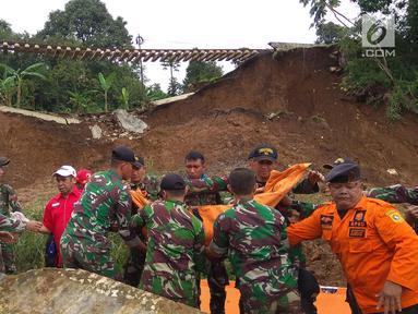 Tim gabungan dari TNI/Polri dan SAR sedang melakukan pencarian 5 korban yang tertimbun longsor di Kampung Maseng RT02/08, Desa Warung Menteng, Kecamatan Cijeruk, Selasa (6/2). (Liputan6.com/Achmad Sudarno)