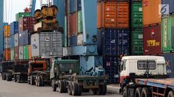 Sejumlah truk berada di Terminal Pelabuhan Pontianak, Kalimantan Barat, Rabu (11/4). Tujuan pembangunan Pelabuhan Terminal Tanjung Pura (Terminal Kijing) dikarenakan Pelabuhan Pontianak, yang sudah padat dan melebihi kapasitas. (Liputan6.com/Johan Tallo)