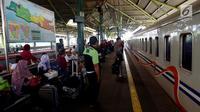 Sejumlah penumpang menunggu kereta di Stasiun Gambir, Jakarta, Rabu (29/11). PT KAI Daop 1 Jakarta akan mengoperasikan 11 KA tambahan tujuan Solo, Bandung, dan Cirebon yang dimulai pada 29 November hingga 4 Desember 2017. (Liputan6.com/JohanTallo)