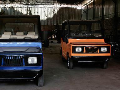 Penampilan minicars yang merupakan produk lokal Mesir yang dipajang di garasi di Kerdasa, Kairo, Mesir (1/8). Pembuat mincars ini berharap, mobil kecil tersebut dapat menggantikan alat transportasi roda tiga Tuk Tuk di Mesir. (AP Photo/Nariman El-Mofty)