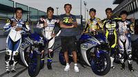 Sesi foto bersama Valentino Rossi seusai para peserta Master Camp melakoni latihan di Sirkuit Misano. (Yamaha MotoGP)