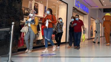 Orang-orang yang mengenakan masker mengunjungi sebuah mal yang kembali dibuka di pusat kota Baghdad, Irak, pada 21 Juli 2020. Kementerian Kesehatan Irak pada Selasa (21/7) mencatat 2.466 kasus baru COVID-19, sehingga total kasus infeksi di negara itu menjadi 97.159. (Xinhua)
