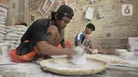 Pekerja menyelesaikan produksi kulit lumpia di rumah industri Rusun Griya Tipar Cakung, Jakarta, Kamis (28/11/2019). Pemerintah melalui Kementerian Koperasi dan UKM terus mendongkrak UMKM dengan menyediakan Kredit Usaha Rakyat (KUR) berbunga cukup rendah, yakni 6 persen. (merdeka.com/Iqbal Nugroho)