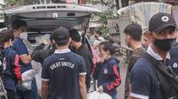 Pihak Manajemen Sulut United bersama sejumlah pemain yang masih tinggal di Sulut mendistribusikan bantuan sembako bagi warga Manado dan sekitarnya.
