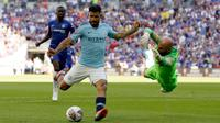 Pemain Manchester City, Sergio Aguero menendang bola ke gawang saat bertanding melawan Chelsea dalam Community Shield di Wembley, London, Inggris, Minggu (5/8). Manchester City menang 2-0. (AP Photo/Tim Ireland)