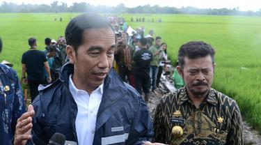Jokowi bersama Gubernur Sulawesi Selayan Syahrul Yasin Limpo saat meninjau salah satu proyek Kementerian Pekerjaan Umum dan Perumahan Rakyat (PUPR) di Kecamatan Bajeng, Kabupaten Gowa ( Liputan6.com/Fauzan)