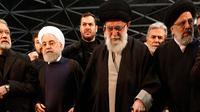 Pemimpin Tertinggi Iran, Ayatollah Ali Khamenei memimpin doa terakhir untuk komandan Pasukan Quds Qassem Soleimani yang gugur dan rekannya yang tewas dalam serangan drone AS, di Universitas Teheran, Senin (6/1/2020). (IRANIAN SUPREME LEADER'S WEBSITE / AFP)