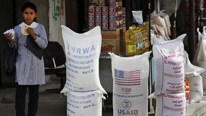 Karung bantuan kemanusiaan dari UNRWA PBB dan USAID Amerika Serikat di Jalur Gaza. Presiden Donald Trump memutuskan untuk menyetop seluruh sumbangan AS untuk UNRWA tahun ini (File AP PHOTO)