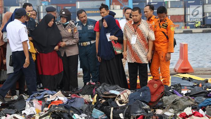 Keluarga korban jatuhnya pesawat Lion Air JT 610 dikawal petugas melihat barang-barang temuan di Pelabuhan JICT 2, Jakarta, Rabu (31/10). 189 orang menjadi korban jatuhnya pesawat Lion Air JT-610 pada Senin (29/10) lalu. (Liputan6.com/Helmi Fithriansyah)