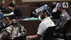 Para terdakwa mengenakan masker dan face shield saat menjalani sidang perdana kasus korupsi PT Asuransi Jiwasraya di Pengadilan Tipikor, Jakarta, Rabu (3/6/2020). Sidang yang menghadirkan enam terdakwa tersebut menerapkan protokol social distancing. (merdeka.com/Iqbal S. Nugroho)