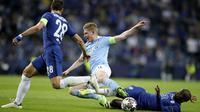Penyerang Manchester City, Kevin De Bruyne, terjatuh saat berebut bola dengan pemain Chelsea pada laga final Liga Champions di Stadion Dragao, Minggu (30/5/2021).  Chelsea menang dengan skor 1-0. (Jose Coelho/Pool via AP)