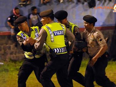 Sesaknya stadion Jatidiri Semarang menyebabkan beberapa penonton jatuh pingsan dan harus segara dievakuasi petugas (LIputan6.com/Helmi Fithriansyah).