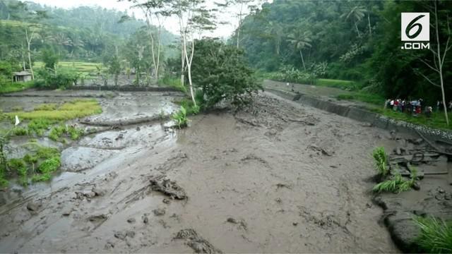 Lahar dingin Gunung Agung mulai mengalir ke sungai di sekitar rumah warga.