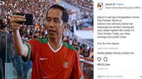 Presiden Jokowi saat merekam menit-menit akhir pertandingan final Piala Presiden 2018 (FOT