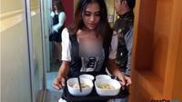 Pelayan tengah mengantarkan pesanan mi di Kedai Bakmi Janda, Minggu (8/7). (JawaPos.com/Dida Tenola)