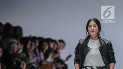 Aktris Dian Sastrowardoyo berjalan di catwalk mengenakan busana bertajuk Cotton Ink x Dian Sastro pada Jakarta Fashion Week 2019 di Senayan City, Rabu (24/10). COTTONINK mempersembahkan sejumlah rancangan dari beberapa artis. (Liputan6.com/Faizal Fanani)