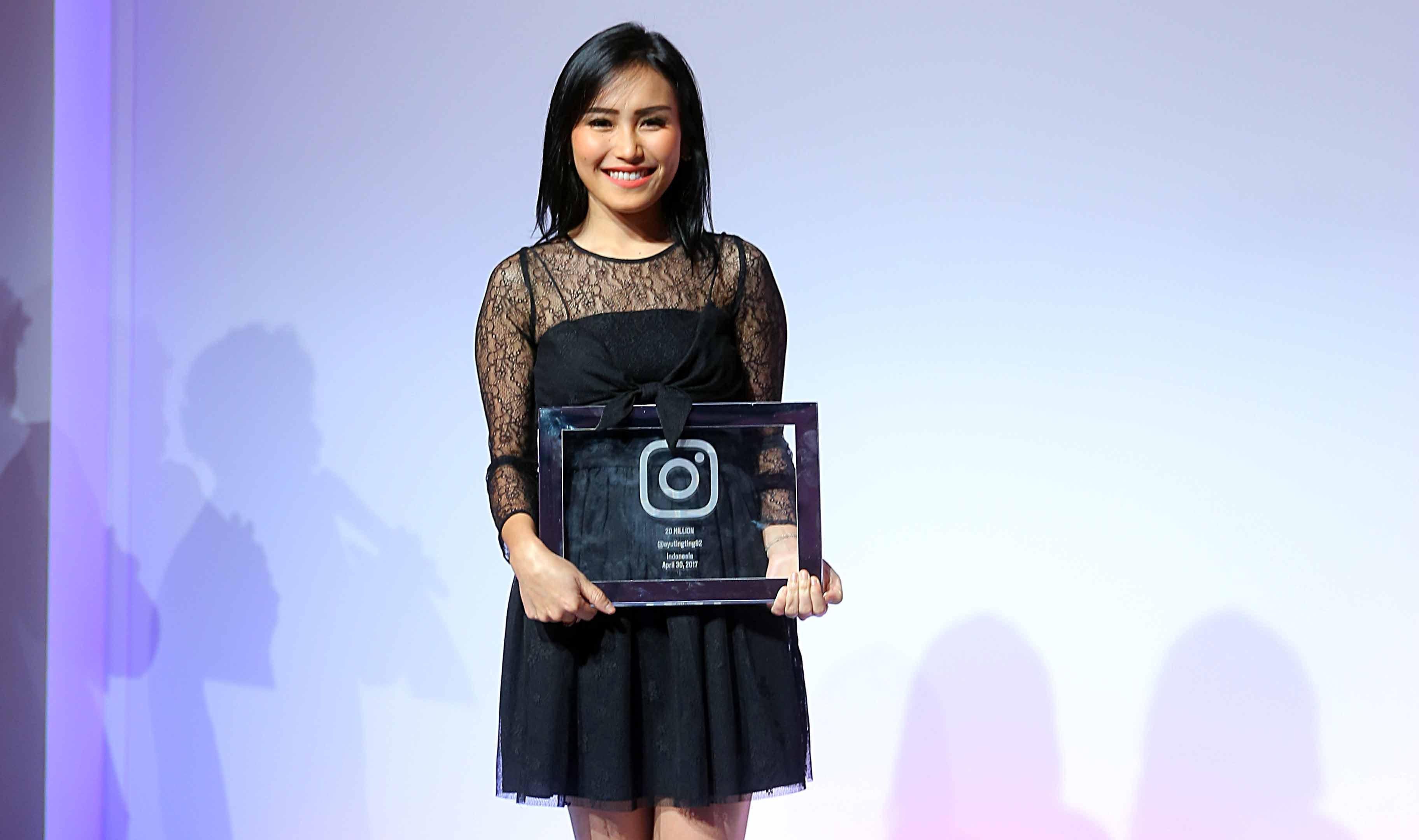 Ayu Ting Ting baru saja menerima penghargaan dari Instagram. Penyanyi dan pemeran itu memiliki pengikut atau follower paling banyak di Indonesia. Janda satu anak itu memiliki jumlah pengikut mencapai 21 juta. (Nurwahyunan/Bintang.com)