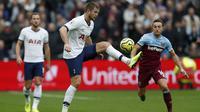 Bek Tottenham, Eric Dier, mengontrol bola saat melawan West Ham pada laga Premier League di Stadion London, London, Sabtu (23/11). West Ham kalah 2-3 dari Tottenham. (AFP/Adrian Dennis)