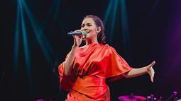 Dress berwarna merah dengan rambut yang dikuncir satu juga dipilih Raisa untuk penampilannya di salah satu acara. (Liputan6.com/IG/@raisa6690)