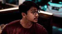 Mengenakan kacamata pun tidak melunturkan ketampanan dari Pria asal kota Makassar ini. Semakin terlihat memesona! (Liputan6.com/IG/devamahenra)