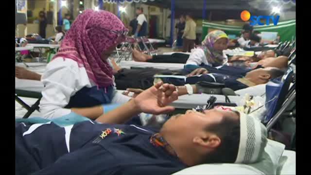 Sejumlah pendonor mengaku mengikuti kegiatan ini, sebagai bentuk kepedulian terhadap sesama. Ditargetkan, delapan ratus kantong darah bisa diperoleh melalui kegiatan donor darah ini.