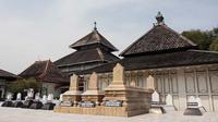 Memasuki bagian dalam, terdapat makam raja-raja kesultanan Demak, Raden Patah dan Pati Unus (Liputan6.com/Isna Setyanova)