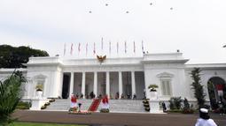 Pesawat tempur melintasi udara saat upacara HUT ke-76 TNI yang diikuti Presiden Joko Widodo atau Jokowi dan Wakil Presiden Ma'ruf Amin di halaman Istana Merdeka, Jakarta, Selasa (5/10/2021). (Foto: Istana Kepresidenan)
