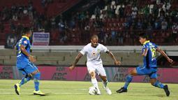 Striker Persebaya Surabaya, David da Silva, berusaha melewati kepungan pemain Persib Bandung pada laga Liga 1 Indonesia di Stadion I Wayan Dipta, Bali, Jumat (18/10). Persib menang 4-1 atas Persebaya. (Bola.com/Aditya Wany)