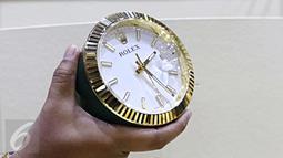 Sebuah jam meja Rolex Desk Clock 8235 pemberian dari rombongan Raja Salman bin Abdul Aziz al-Saud dipamerkan oleh KPK, Jakarta, Kamis (16/3). Barang-barang gratifikasi itu dilaporkan ke KPK dalam periode 7-15 Maret 2017. (Liputan6.com/Helmi Afandi)