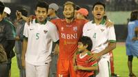 Gelandang Timnas Indonesia U-19, Asnawi Mangkualam (kanan) bersama Nurhidayat Haris (kiri) dan Iqbal Samad. (Bola.com/Ronald Seger Prabowo)