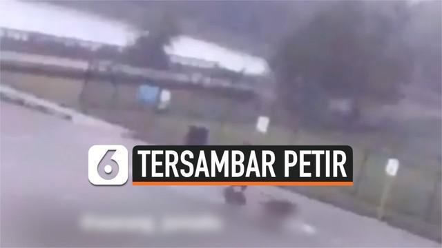 Sebuah video CCTV memperlihatkan detik-detik seorang pria saat sedang berjalan bersama ketiga anjingnya tersambar petir. Pria itu langsung jatuh dan pingsan. Beruntung petugas setempat berhasil menyelamatkannya segera.