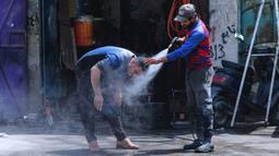Seorang pria mendinginkan diri dari cuaca panas ketika suhu mencapai 123,8 F (51 C) di Basra, Irak, Kamis (1/7/2021). Pemerintah Irak menetapkan 1 Juli 2021 sebagai hari libur resmi di Baghdad karena gelombang panas yang menyengat. (AP Photo/Nabil al-Jurani)