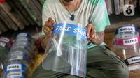 Bucek menunjukkan face shield di workshopnya di kawasan Bekasi, Jawa Barat, Rabu (3/6/2020). Face shield tersebut dijual dengan harga Rp 20 ribu hingga Rp 25 ribu. (Liputan6.com/Faizal Fanani)