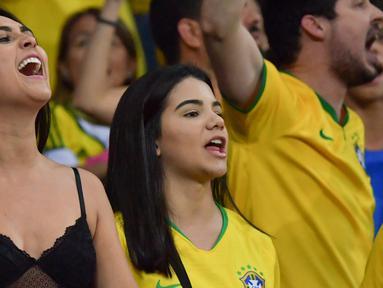 Dua fans wanita bersorak menunggu pertandingan antara Brasil melawan Argentina pada semifinal Copa America 2019 di Stadion Mineirao, Belo Horizonte, Brasil (2/7/2019). Di pertandingan ini Brasil menang 2-0 atas Argentina berkat gol striker Gabriel Jesus dan Roberto Firmino. (AFP Photo/Luis Acosta)