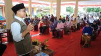 Bupati Banyuwangi Abdullah Azwar Anas saat kegiatan penyaluran bantuan paket sembako skema gotong royong ASN kepada warga terdampak pandemi Covid-19 di Balai Desa Jajag, Kecamatan Gambiran, Rabu (12/8/2020).