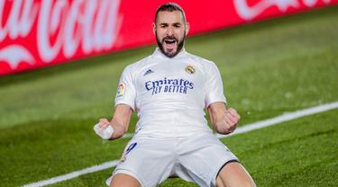 Striker Real Madrid, Karim Benzema, melakukan selebrasi usai mencetak gol ke gawang Athletic Bilbao pada laga Liga Spanyol di Stadion Alfredo Di Stefano, Rabu (16/12/2020). Real Madrid menang dengan skor 3-1. (AP/Bernat Armangue)