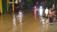 Sejumlah ruas jalan di kecamatan Bojongsoang, Kabupaten Bandung, diterjang banjir (Jumat (20/3/2020) malam. (Liputan6.com/Huyogo Simbolon)