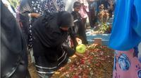 Jenazah Beny Syamsu dimakamkan keluarga. (Liputan6.com/M Syukur)