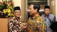 Ketum Partai Gerindra Prabowo Subianto (tengah) bersalaman dengan Presiden PKS Sohibul Iman (kiri) saat tiba di Kantor DPP PKS, Jakarta, Senin (30/7). Kedatangan Prabowo untuk membahas hasil pertemuannya dengan Demokrat. (Liputan6.com/Herman Zakharia)