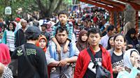 Pengunjung memadati area Kebun Binatang Ragunan, Jakarta, Jumat (1/1). Jumlah pengunjung Taman Margasatwa Ragunan pada libur awal tahun 2016 mencapai lebih dari 100.000 orang. (Liputan6.com/Immanuel Antonius)