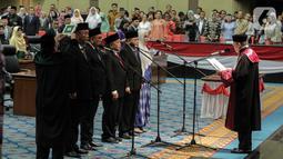 Prosesi pengambilan sumpah lima pimpinan DPRD DKI Jakarta saat dilantik di Gedung DPRD DKI Jakarta, Senin (14/10/2019). Ketua DPRD DKI Jakarta kembali dijabat oleh Prasetio Edi Marsudi. (Liputan6.com/Faizal Fanani)