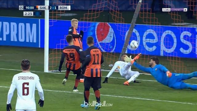 Bek AS Roma, Bruno Peres menggagalkan usaha pemain Shakhtar Donetsk untuk cetak gol ketiga. This video is presented by Ballball.