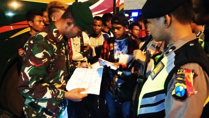 Sebanyak 26 orang penumpang bus asal Sumba Barat, Nusa Tenggara Timur (NTT) diamankan aparat Kepolisian, Minggu malam (19/5/2019). (Liputan6.com/ Dian Kurniawan)