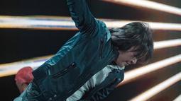 Penyanyi berusia ini terlihat sangat menikmati totalitas dalam bernyanyi di atas panggung. Jaket kulit, celana jeans dan rambut gondrong Ari menjadi ciri khas ayah empat anak ini. (Liputan6.vom/IG/@ari_lasso)