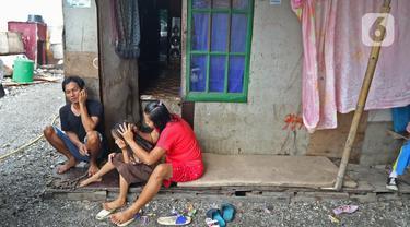 Aktivitas warga di permukiman padat kawasan Muara Angke, Jakarta, Rabu (5/2/2020). Warga pesisir Jakarta yang mayoritas hanya berprofesi sebagai nelayan merupakan salah satu golongan rentan kemiskinan karena kesejahteraannya belum diperhatikan penuh oleh pemerintah. (Liputan6.com/Herman Zakharia)