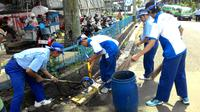 Menjelang May Day, sebagian buruh di Bogor, Jawa Barat, membersihkan lingkungan pabrik tempat mereka bekerja. (Liputan6.com/Bima Firmansyah)
