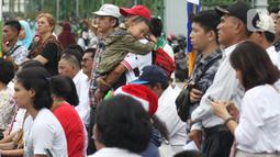 Jemaat dari Gereja Kristen Indonesia (GKI) Yasmin Bogor dan HKBP Filadelfia Bekasi melaksanakan misa Natal di Simpang Barat Laut Monas atau depan Istana Negara, Jakarta, Rabu (25/12/2019). Ini adalah misa natal kedelapan yang digelar jemaat dua gereja tersebut. (Liputan6.com/Helmi Fithriansyah)
