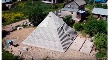 Bangun Piramida di Halaman Rumah, Pasangan Ini Klaim Bisa Terhindar dari Corona